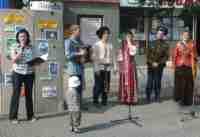 На площадке юношеской библиотеки выступает фольклорная группа ЧГАКИ
